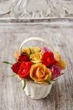 Espace de travail de fleuriste : comment faire l'arrangement floral avec des roses dedans Photos libres de droits