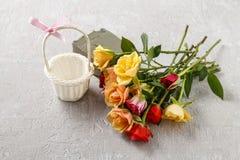Espace de travail de fleuriste : comment faire l'arrangement floral avec des roses dedans Images libres de droits