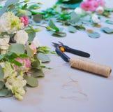 Espace de travail de fleuriste pour la réception de mariage de décoration Image stock