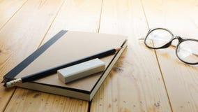 Espace de travail de grenier avec des stationaries sur la table en bois Photographie stock
