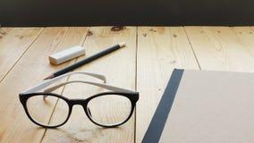 Espace de travail de grenier avec des stationaries sur la table en bois Image libre de droits