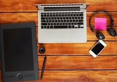 Espace de travail de photographe sur le bureau en bois Photographie stock