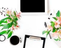 Espace de travail de siège social avec le comprimé, le presse-papiers, les accessoires et la Floride Photographie stock
