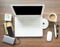 Espace de travail de Tableau avec le bloc-notes, l'ordinateur portable et le Smartphone Photos stock