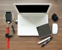 Espace de travail de Tableau de vue supérieure avec l'ordinateur portable et la montre intelligente Images stock