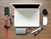 Espace de travail de Tableau de vue supérieure avec l'ordinateur portable et la montre intelligente Image stock