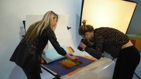 Espace de travail des coulisses de travail d'équipe de styliste de photographe Photos libres de droits