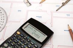 Espace de travail du ` s d'architecte avec le plan et la calculatrice de crayon Images libres de droits