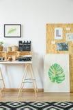 Espace de travail du ` s d'artiste avec les meubles en bois Images libres de droits