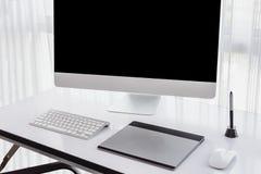 Espace de travail du ` s de concepteur avec un comprimé de stylo, un ordinateur Photographie stock libre de droits