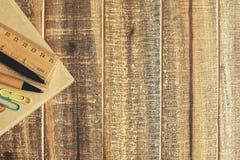 Espace de travail en bois avec des approvisionnements Photographie stock libre de droits