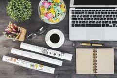 Espace de travail en bois avec des articles et des dispositifs de bureau Image stock