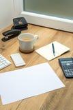 Espace de travail en bois avec des fournitures de bureau Photo stock