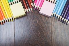 Espace de travail en bois avec les approvisionnements colorés Photo libre de droits