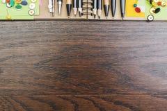 Espace de travail en bois avec les approvisionnements colorés Images stock
