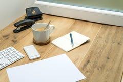 Espace de travail en bois avec les fournitures de bureau et le café Photo stock