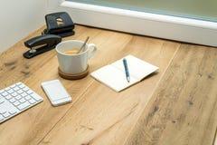 Espace de travail en bois avec les fournitures de bureau et le café Image stock