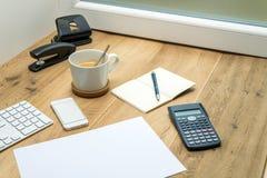 Espace de travail en bois avec les fournitures de bureau et le café Image libre de droits
