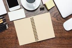 Espace de travail en bois moderne avec des articles Photos libres de droits