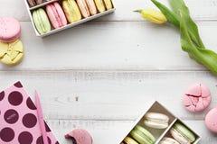 Espace de travail féminin avec des macarons et des tulipes Photo stock