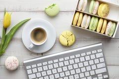 Espace de travail féminin avec des macarons et des tulipes Image libre de droits