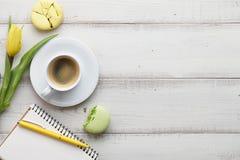 Espace de travail féminin avec du café et des macarons Images stock