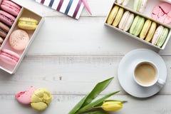 Espace de travail féminin avec du café et des macarons Image libre de droits