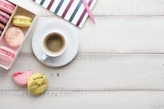 Espace de travail féminin avec du café et des macarons Image stock