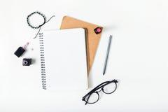 Espace de travail féminin avec le bloc-notes, crayon, rouge à lèvres, lunettes, b Photos stock