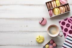 Espace de travail féminin avec les macarons et le café Photo libre de droits