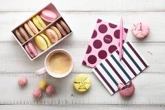 Espace de travail féminin avec les macarons et le café Image stock