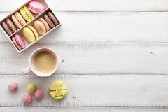 Espace de travail féminin avec les macarons et le café Photographie stock