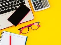 espace de travail féminin de bureau avec des accessoires de bureau Image stock