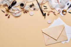Espace de travail féminin de calligraphie de bureau avec l'espace de copie Images stock