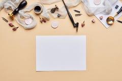 Espace de travail féminin de calligraphie de bureau avec l'espace de copie Photos libres de droits