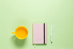 Espace de travail féminin d'indépendant de Minimalistic Tableau plat de Pistache de configuration avec Rose Diary, stylo blanc, j Photo libre de droits