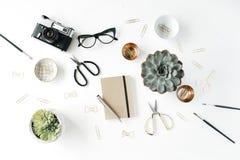 Espace de travail féminin de bureau avec l'appareil-photo succulent et rétro, les ciseaux, le journal intime, les verres et les a Image libre de droits