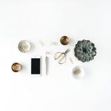 Espace de travail féminin de bureau avec le succulent, le téléphone, les ciseaux et les agrafes d'or sur le fond blanc Image stock