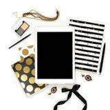 Espace de travail féminin de siège social de mode plate de configuration avec le comprimé, les carnets noirs élégants d'or, les c Image stock