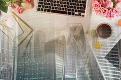Espace de travail féminin, vue supérieure Photo stock