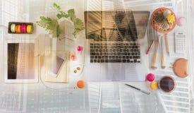 Espace de travail féminin, vue supérieure Photographie stock