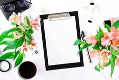 Espace de travail femelle avec le presse-papiers, les accessoires de bureau, café et Photos libres de droits