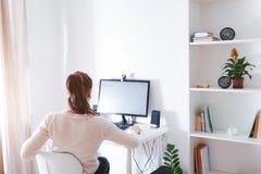 Espace de travail de femme d'affaires La femme travaille sur l'ordinateur dans la pièce ensoleillée légère Conception moderne ave Image stock