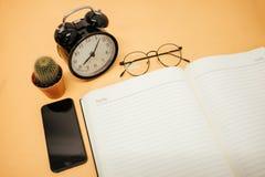 Espace de travail de fond d'affaires de vue supérieure avec des verres, phone mobile Photos stock