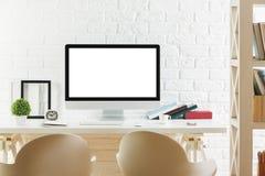 Espace de travail de hippie avec l'ordinateur blanc vide Image libre de droits