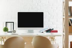 Espace de travail de hippie avec l'ordinateur vide Photo stock