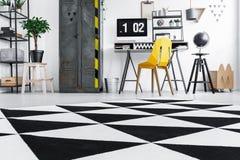 Espace de travail industriel avec la chaise jaune Image libre de droits