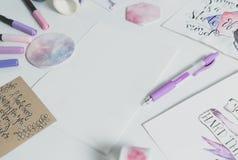 Espace de travail de lettrage de main avec le papier blanc Photos stock