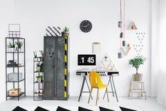 Espace de travail lumineux avec la chaise jaune Photos stock