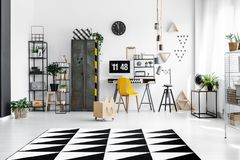 Espace de travail lumineux avec les accessoires en bois Photo stock